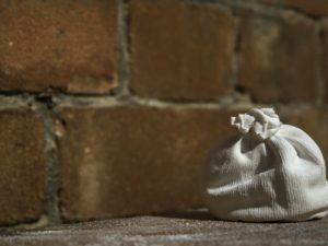 Ein Chalkball vor einer Mauer