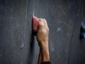 Hand mit Grip am Boulder