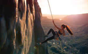 Boulderschuhe und Kletterschuhe im Einsatz an der Wand